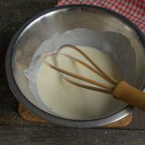 В отдельной миске взбиваем яйцо с щепоткой соли, наливаем сливки и перемешиваем