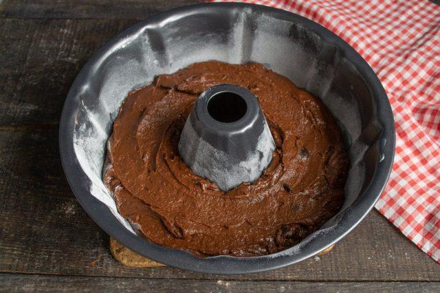 Ещё раз смешиваем тесто и выкладываем в смазанную сливочным маслом и посыпанную мукой форму