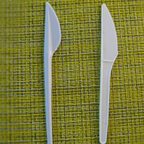 Правый ножик больше подходит для маркировки рассады — у него матовая поверхность и меньше выступающих частей на лезвии