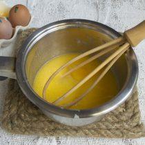 Разбиваем в сотейник куриное яйцо, венчиком перемешиваем жидкие ингредиенты