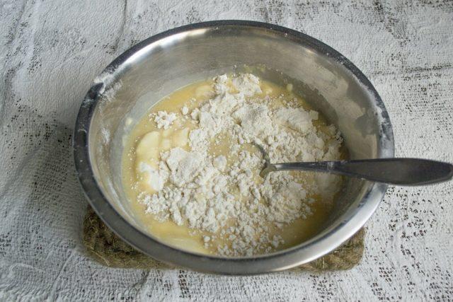 В миску с мукой добавляем тёплую молочно-дрожжевую смесь, перемешиваем тесто