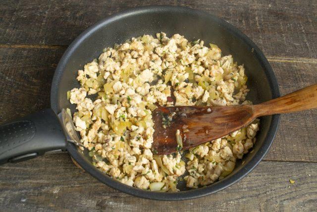 Добавляем укроп, соль, перец, специи. Обжариваем начинку 5 минут на сильном огне