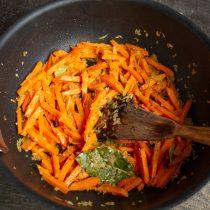 Добавляем к обжаренному луку морковь, всё вместе готовим ещё 5-6 минут