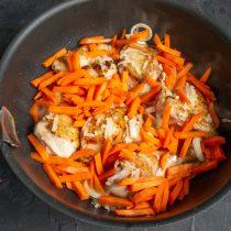 Сладкую морковь режем небольшими брусочками, добавляем к курице и луку