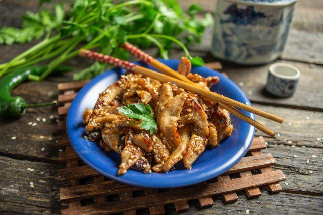 Кисло-сладкая курица терияки с кунжутом