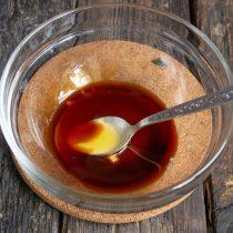 Наливаем в миску соевый соус, добавляем жидкий мёд