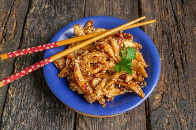 Кисло-сладкая курица терияки с кунжутом готова