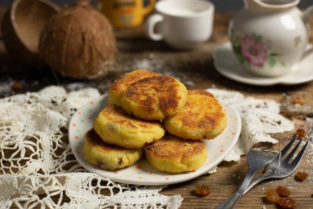 Нежные сырники с изюмом и кокосовой стружкой на сковороде