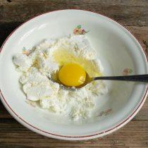 Разбиваем куриное яйцо, добавляем щепотку мелкой поваренной соли