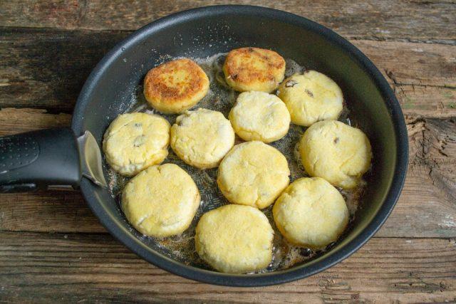 Выкладываем сырники на сковородку жарим до золотистой корочки с каждой стороны