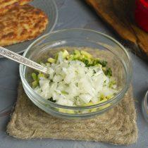 Режем небольшую луковицу и добавляем к остальным ингредиентам