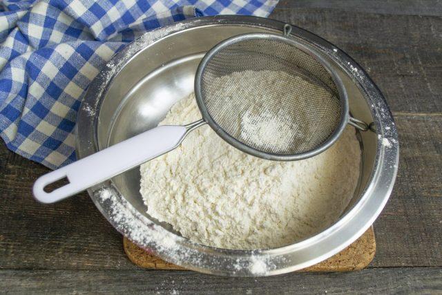 Добавляем пекарский порошок в муку, перемешиваем и просеиваем в миску