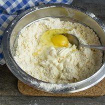 Разбиваем в миску крупное куриное яйцо