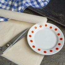 Выбираем тарелку — шаблон, по которому будем резать коржи, нарезаем несколько листов пекарской бумаги