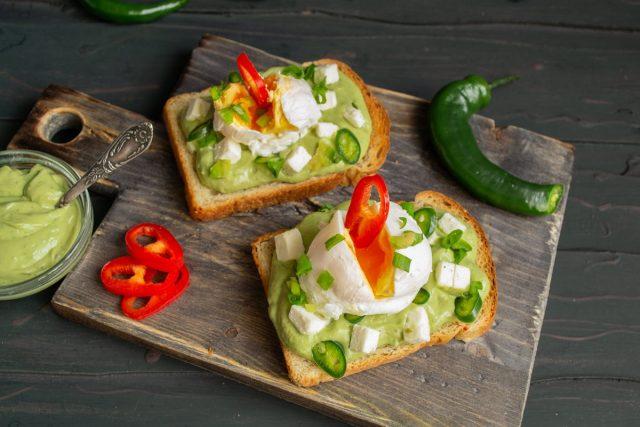 Вкусные бутерброды с авокадо и яйцом пашот готовы