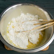 Смешиваем муку с содой и разрыхлителем, добавляем в миску и замешиваем тесто