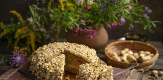Арахисовый торт с изюмом — простой и сочный