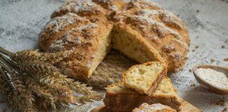 Домашний белый хлеб в духовке с манкой и солёным арахисом
