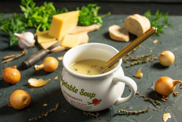 Французский луковый суп с сыром