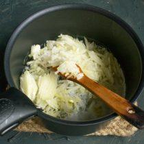 Отправляем нарезанный лук в кастрюлю, посыпаем щепоткой соли, добавляем сахар