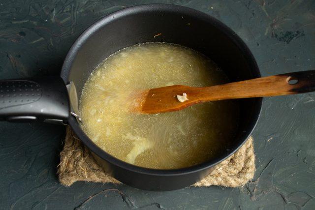 Вливаем белое сухое вино, доводим до кипения, кипятим 3 минуты, наливаем горячий бульон