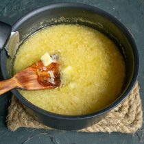 Добавляем по желанию нарезанный картофель, варим суп на среднем огне ещё 15 минут