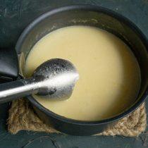Измельчаем суп погружным блендером до нежной кремовой консистенции, солим