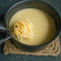 Снова доводим суп до кипения, добавляем тёртый сыр и сразу снимаем кастрюлю с огня, тщательно перемешиваем