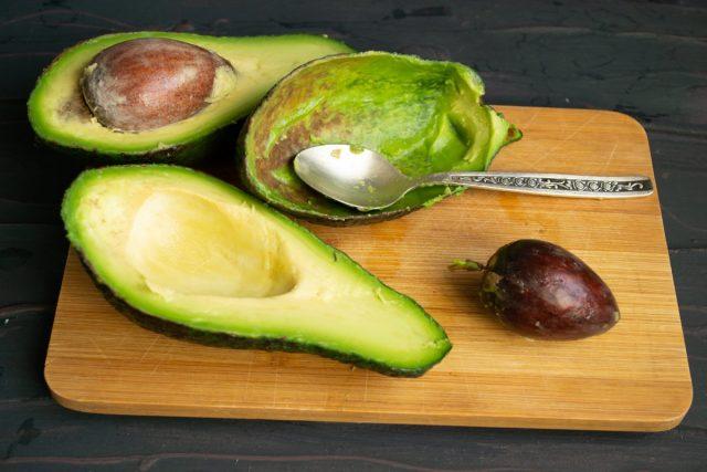 Очищаем авокадо и достаём косточку