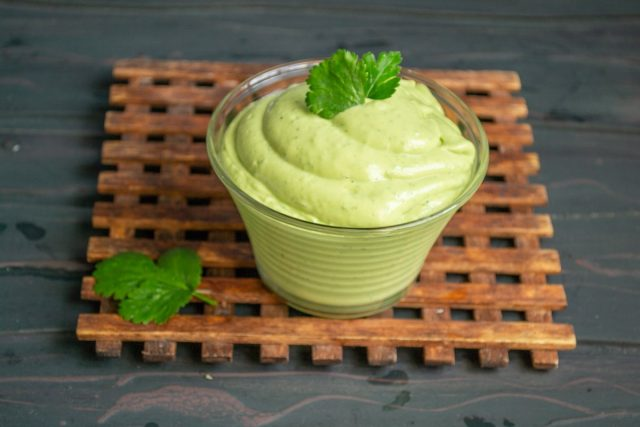 Густой соус-крем гуакамоле с авокадо и сметаной готов