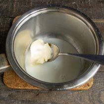 В молоко добавляем сахар, соль, ванильный сахар, сливочное масло. Нагреваем на тихом огне, остужаем до 35 градусов