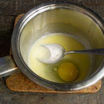 Разбиваем в кастрюлю свежее куриное яйцо