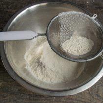Просеиваем пшеничную муку сквозь сито в глубокую миску