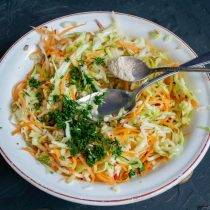 Приправляем салат укропом и молотым белым перцем