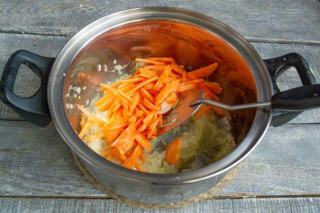 Добавляем измельченную морковку в кастрюлю, обжариваем 7 минут