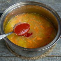 Доводим до кипения, варим примерно 20 минут. Добавляем томатную пасту