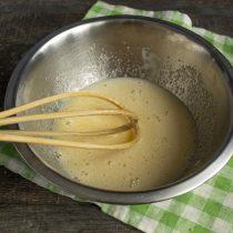 Сахар и яйца взбиваем венчиком несколько минут, добавляем щепотку мелкой соли