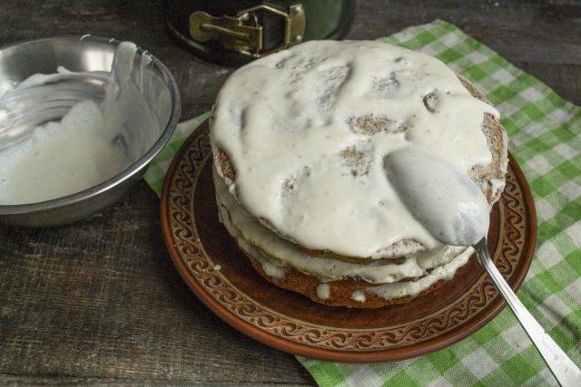 Пропитываем бисквиты кремом, формируем торт, верх торта обильно покрываем кремом
