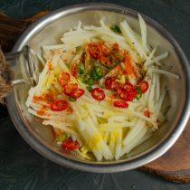 Добавляем яблочный уксус, приправу для корейской моркови и молотую сладкую паприку