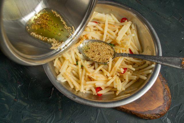 Раскалённое масло с кунжутом выливаем на картошку