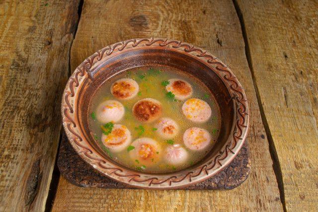 Картофельный суп с сосисками на курином бульоне готов