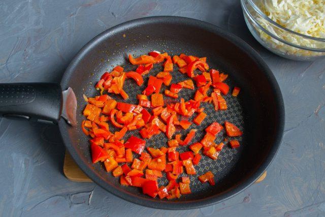 Быстро обжариваем нарезанный сладкий перец на среднем огне