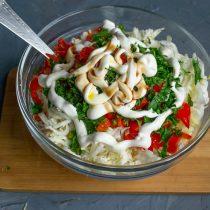 Добавляем майонез, наливаем соевый соус