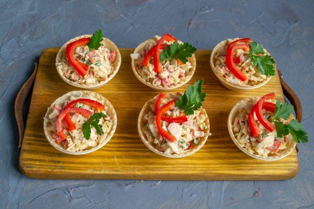 Лёгкий крабовый салат в тарталетках готов