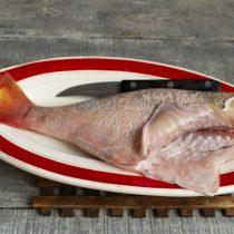 Удаляем у рыбы внутренности, промываем тушку, обсушиваем