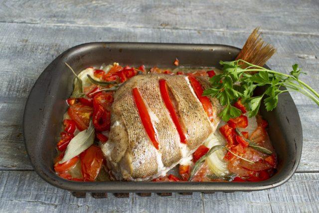 Морской окунь, запеченный в духовке с овощами, готов