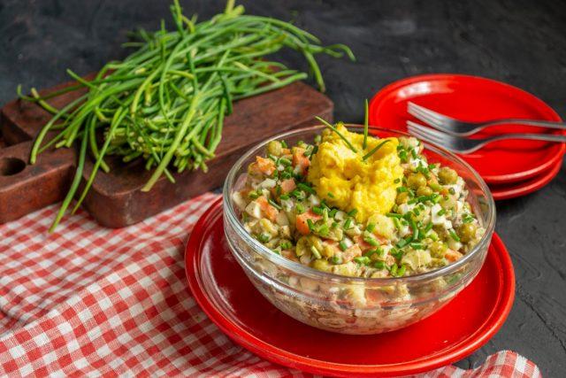 Простой рыбный салат с сайрой