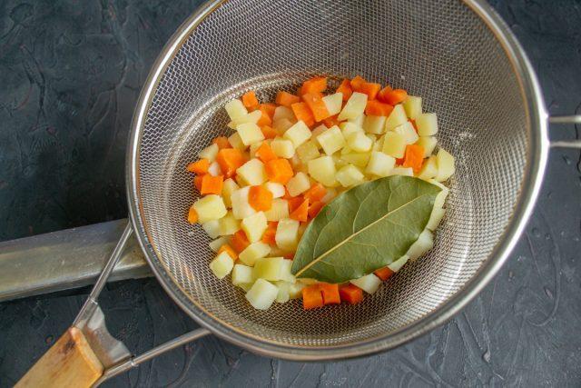 Готовим овощи, откидываем на сито, высыпаем на доску или тарелку и быстро остужаем
