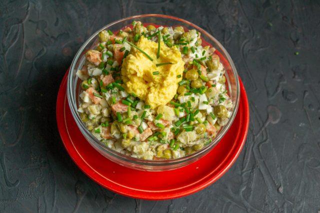 Выкладываем пасту из желтков, украшаем и подаем простой рыбный салат с сайрой на стол