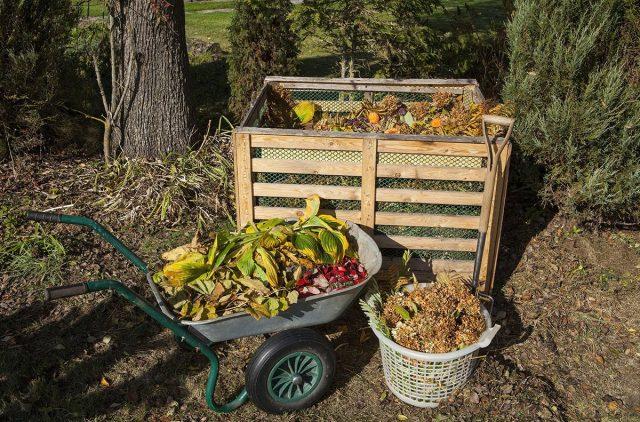 Аккуратный контейнер для компоста на участке